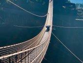 فيديو وصور.. نجاة العشرات بعد كسر سائح لوح زجاجى بأضخم جسر مشاة معلق بأمريكا