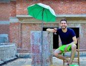 """الحظر الترفيهي.. """"أحمد"""" وصديقه من الإسكندرية يقيمان شاطئ خاص بهما فوق المنزل"""