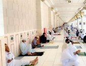المصلون يفترشون سطح المسجد النبوى منعا للتزاحم بصلاة الجمعة.. فيديو وصور