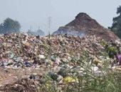 سيبها علينا.. شكوى من تلال القمامة بقرية كفر هلال فى المنوفية