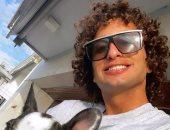 شاهد.. أول ظهور لـ عمرو وردة بصحبة كلبه بعد اتهامه بالتحرش بصحفية يونانية