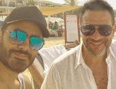 عشرة العمر.. ماجد المصري برفقة تامر حسني على أحد الشواطئ