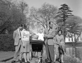 بصور نادرة لعائلة الملكة إليزابيث.. القصر الملكى البريطانى يحتفل بعيد الأب