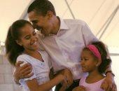 شكرا على حبك للفتيات.. ميشيل أوباما تحتفل بعيد الأب بصورة زوجها وسط بناتها