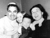 بالأبيض والأسود في طفولتها.. هيلارى كلينتون تحتفل بيوم الأب