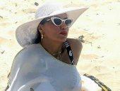 """""""ببوز البطة و مايوه أبيض"""" .. رانيا يوسف تستمتع بالعطلة الصيفية"""