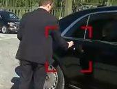 شاهد كيف يتعامل حرس الرئيس الروسى مع سيارة بوتين.. فيديو