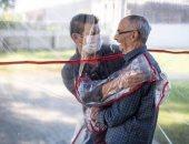 """""""نفق العناق"""".. طريقة دار مسنين فى البرازيل للسماح لهم بمعانقة أحبائهم بأمان"""