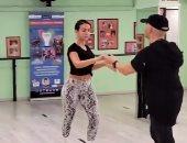 صديقة رونالدو تنمى مهاراتها فى الرقص بدروس منزلية جديدة.. صور