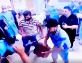 أهل مريض يعتدون على الأطقم الطبية والأمن بمستشفى دمياط الجامعى.. فيديو