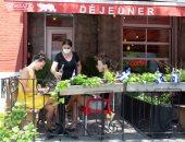 سكان مونتريال الكندية ينطلقون إلى المطاعم بعد رفع قيود كورونا