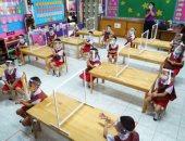 رياض أطفال بتايلاند تعلم طلابها قواعد التباعد الاجتماعى خلال يومهم الدراسى