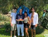 وسط عائلته.. الأسطورة الفرنسي زيدان يحتفل بعيد ميلاده الـ48.. صورة