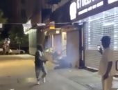 دون أسباب..أمريكى ببشرة سمراء يحرق مشردا أبيض بالألعاب النارية.. فيديو