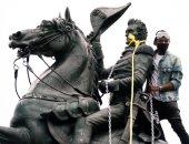 """الشرطة الأمريكية تتصدى لمحاولة هدم تمثال """"جاكسون"""" خلال الاحتجاجات.. صور"""