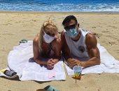بريتني سبيرز وحبيبها سام أصغر على الشاطئ بالبكيني والكمامة