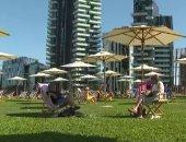 سكان ميلانو يعودون لشاطئ الحضري بجانب أطول ناطحة سحاب إيطالية.. فيديو
