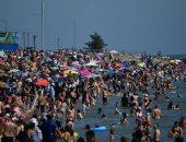 التباعد الاجتماعى فى مهب الريح.. البريطانيون يهرب من موجة الحر إلى الشواطئ
