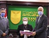رئيس جامعة الإسكندرية يكرم زوجة طبيب توفى بفيروس كورونا