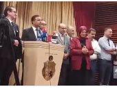 شاهد.. لحظة انسحاب صحفيين من مؤتمر كتلة الكرامة الداعم لحركة النهضة فى تونس