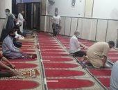بالكمامة وسجادة الصلاة ..المساجد تستقبل أهالى عزبة سرور بشبين القناطر