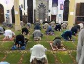 بالكمامة والسجادة أهالى مساكن البنك بالخانكة يستقبلون الصلاة فى المساجد