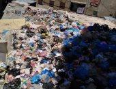 قارئ يشكو انتشار القمامة أعلى أسطح عدد من المحلات فى منطقة مطار النزهة