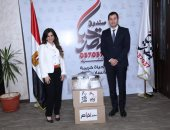 """مدير صندوق تحيا مصر يقبل تبرع 5 آلاف ماسك """"فيس شيلد"""" لمستشفيات العزل"""