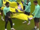 من يضحك أخيرا يضحك كثيرا.. لاعبو ليفربول يحتفلون بالبريميرليج أثناء التدريبات.. فيديو