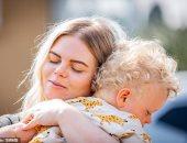 بعد أن فرقهما كورونا 3 شهور.. لحظة مؤثرة لممرضة بريطانية تحتضن ابنها الصغير
