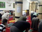 """أهالى ناهيا يعقمون مسجد """"الهجرة"""" ويصلون فيه ملتزمين بالاجراءات الوقائية"""