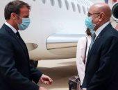 """رئيس فرنسا يصل موريتانيا """"بالكمامة"""" في أول مهمة له خارج أوروبا منذ ظهور كورونا"""