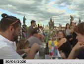 فيديو.. عشاء جماعى على جسر تشارلز فى براغ احتفالاً بتخفيف قيود كوفيد-19