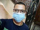 """"""" الدسوقى"""" يشارك صورته بالكمامة خلال عمله بأحد مصانع الملابس فى المنيا"""