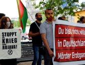 """""""أردوغان قاتل"""".. الأكراد يتظاهرون أمام """"الخارجية الألمانية"""" رفضا لزيارة أوغلو.. صور"""