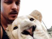 مروض الحيوانات دين شنايدر يحتفل بأول زئير لشبل في محميته بجنوب إفريقيا