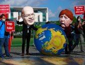 بأقنعة ساخرة من ميركل وتسلق للبرلمان.. نشطاء يحتجون على قانون إنهاء استخدام الفحم