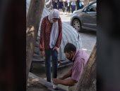 """صاحب صورة أب يربط الحذاء لابنته: """"بتعامل كده مع كل ولادى لأنى اتربيت على كده"""""""