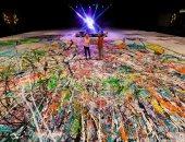 فنان يرسم لوحة بحجم ملعبى كرة قدم بمساعدة 100 مليون طفل.. صور