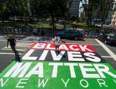 أمريكا .. محتجون يقطعون شوارع نيويورك ويرسمون الجرافيتى وعبارات ضد العنصرية