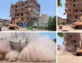 شاهد.. حفار أوسيم بعد انهيار عقار مخالف عليه أثناء إزالته بالجيزة.. صور