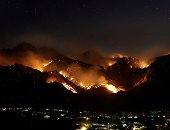 مئات رجال الإطفاء يكافحون حريقا هائلا شرقى لوس أنجلوس