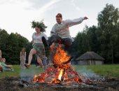 """جميلات روسيا البيضاء يقفزن فوق النيران فى مهرجان """"إيفان كوبالا"""""""