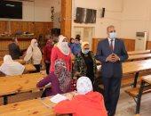 صور.. رئيس جامعة الأزهر يتفقد لجان اللغات والترجمة وطب البنات والعلوم