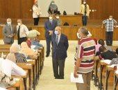 رئيس جامعة المنيا يتفقد لجان امتحانات الفرق النهائية بالطب والصيدلة