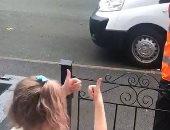 طفلة تتعلم لغة الإشارة لتحية عامل توصيل من أصحاب الهمم.. صور