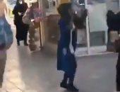 مقطع فيديو لفتاة إيرانية فى الشارع يقودها خلف القضبان.. شاهد