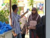 صور.. تسليم كمامات للطلاب وقياس درجة الحرارة بلجان الثانوية بمصر الجديدة