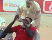 طبيب الأهلي يتوسط لإقناع أجاى بإجراء مسحة كورونا الثالثة.. فيديو