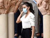 السلامة أولا.. الملكة ليتزيا بإطلالة راقية وبسيطة بالكمامة.. صور